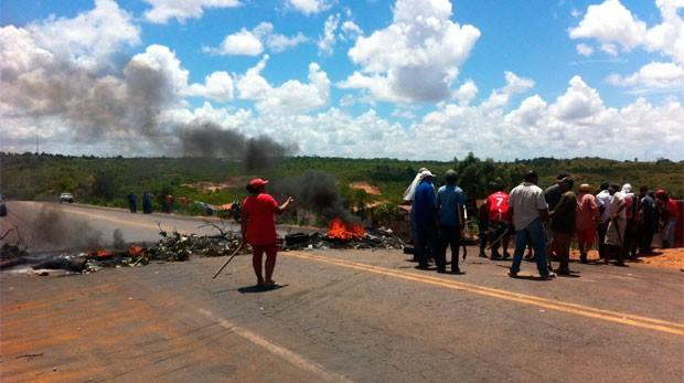 Manifestantes do MST interrompem tráfego na BR-406, na Grande Natal (Foto: Matheus Magalhães/G1)