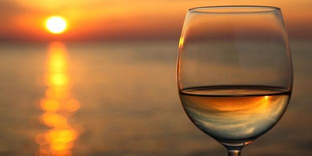 Vinho e praia: combinação que tem tudo pra dar certo (Foto: Reprodução)