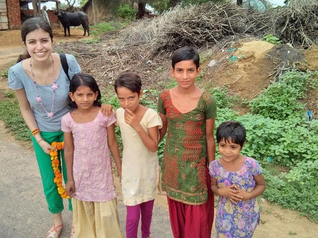 Tábata com as crianças das vila de Gomla, na Índia (Foto: Arquivo pessoal)