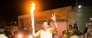 Editor do GloboEsporte.com RN conduz a Tocha Olímpica (Alexandre Lago)