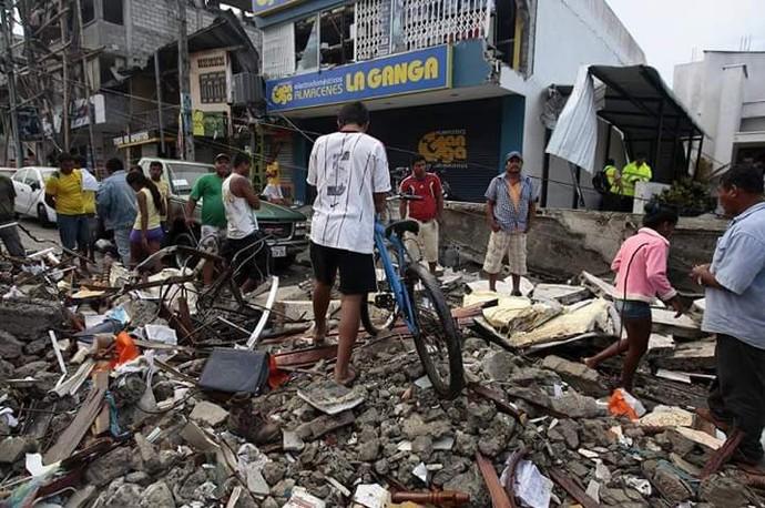 Ricardinho registou áreas afetadas pelo terremoto na cidade de Portoviejo (Foto: Ricardinho/Divulgação)