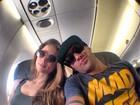 Yuri posa com namorada em avião