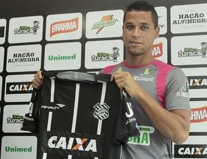 Eliomar recebe e veste a camisa do Figueirense (Foto: Luiz Henrique, FFC)