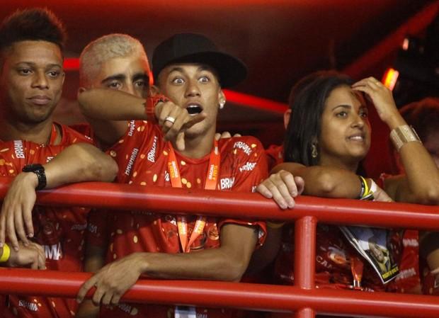 Neymar olhando Marquezine desfilar (Foto: Marcos Serra Lima/EGO)