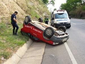 Carro foi atingido na traseira e capotou em Vargem Grande do Sul (Foto: Guarda Municipal/Divulgação)