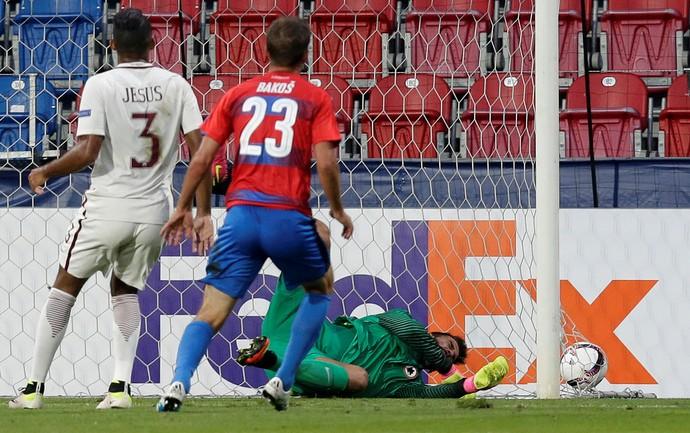 Alisson não alcança a bola cabeceada por Bakos, marcado por Juan Jesus, em Viktoria Plzen x Roma (Foto: REUTERS/David W Cerny)
