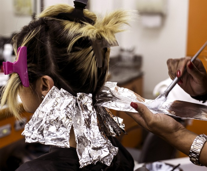 Julianne Trevisol pinta os cabelos de lilás para o Gshow (Foto: Ellen Soares/Gshow)