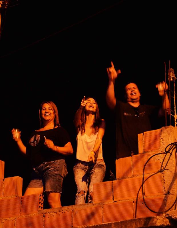 Thaila Ayala em laje do Vidigal (Foto: Ari Kaye / Divulgação)