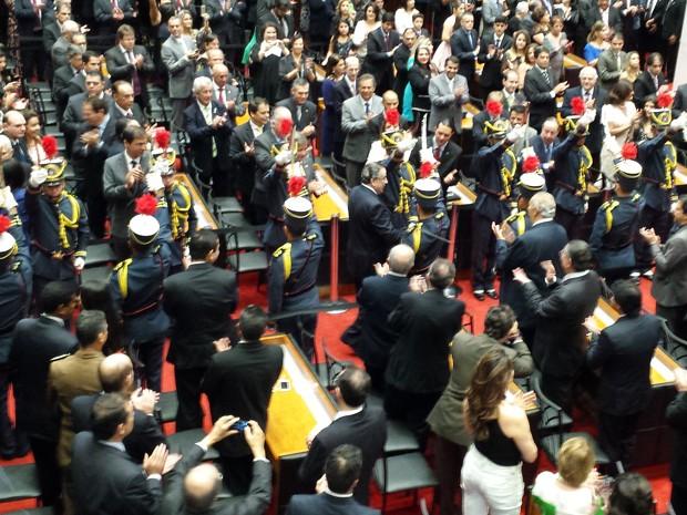 Dragões da Inconfidência e convidados recebem Alberto Pinto Coelho no plenário da Assembleia Legislativa de Minas Gerais (Foto: Pedro Triginelli/G1)