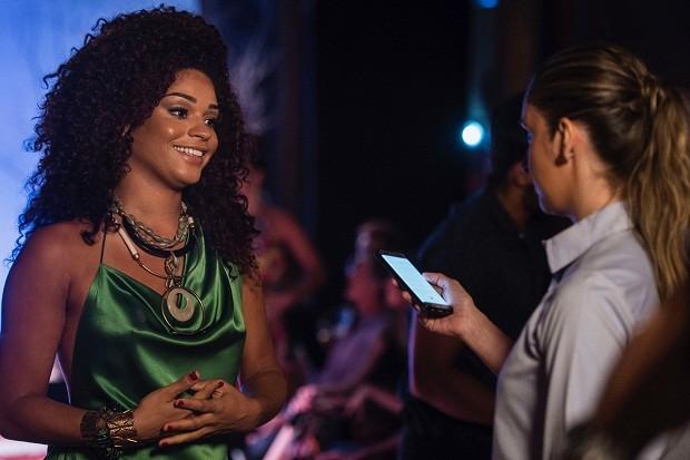 Dora Caiçara, personagem de Juliana Alves, lança coleção e organiza desfile. Capítulo inédito vai ao ar nesta semana (Foto: Divulgação / TV Globo)