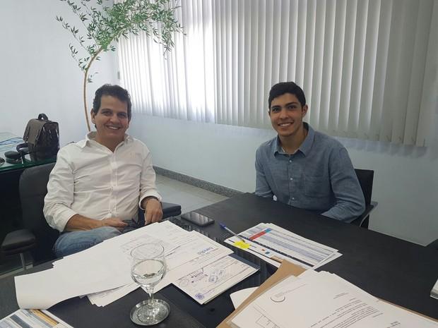 Lorenzo (direita) acompanhou os trabalhos do presidente do Bandes  (Foto: Divulgação/ Juniores)