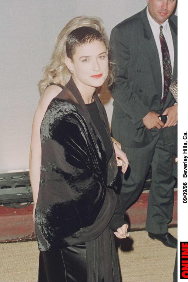 """Em 1996, Demi Moore raspou suas longas madeixas para o filme """"Até o Limite da Honra"""" (Foto: Getty Images)"""