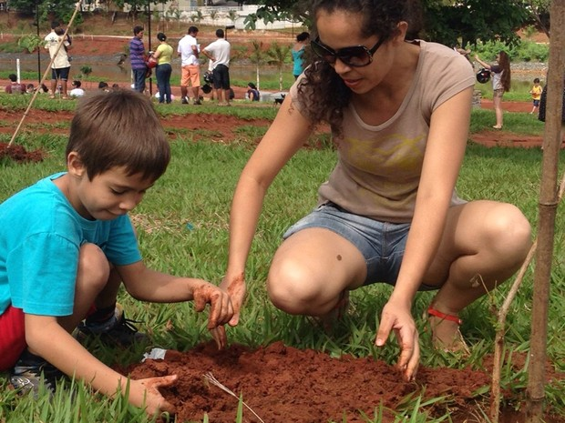 Moradores plantam árvore em Votuporanga (Foto: Eduardo Pacheco/TV TEM)