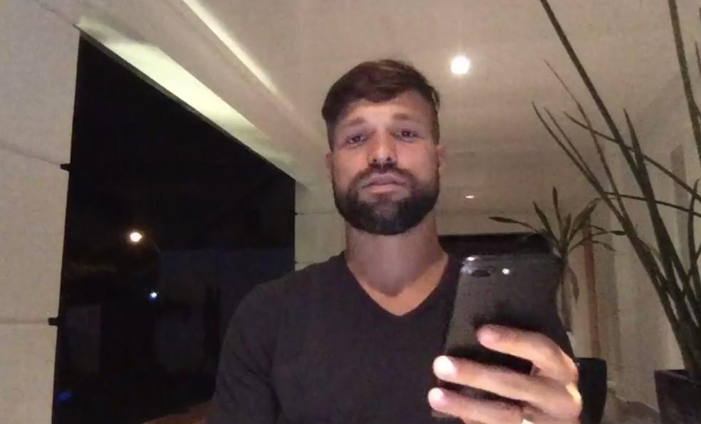 Diego durante transmissão ao vivo (Foto: Reprodução/Facebook)