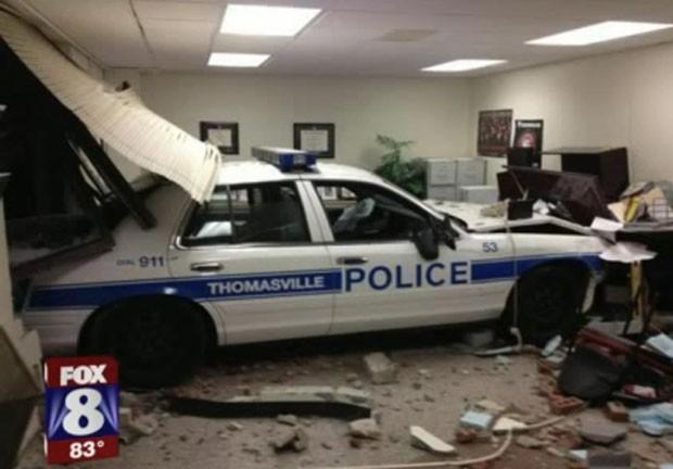 Policial perdeu o controle do carro patrulha e destruiu uma sala de uma escola em Thomasville. (Foto: Reprodução/Fox)