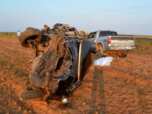 Carro de passeio ficou destruído após colisão com caminhonete (Foto: MT Notícias)