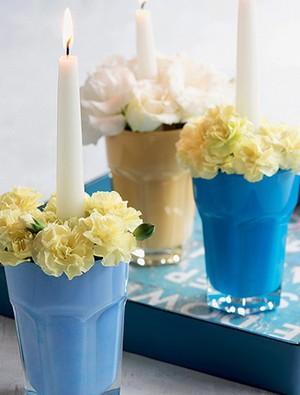 Copos simples, pintados por dentro, viram castiçais diferentes e originais. As flores arrematam a produção (Foto: Iara Venanzi/Editora Globo)