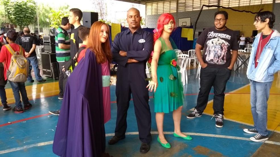 Ana Carolina como Sheila, de A caverna do Dragão, e Oscar Rosa como Julius (Foto: Kalinka Bacacicci/G1)