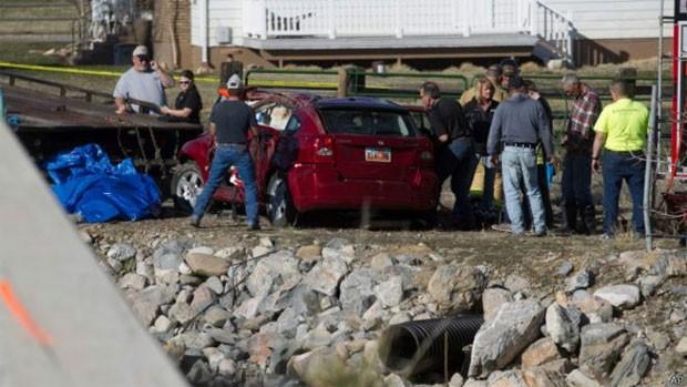 Criança fica 14 horas pendurada de cabeça par abaixo próxima da água gelada em carro inundado (Foto: AP)