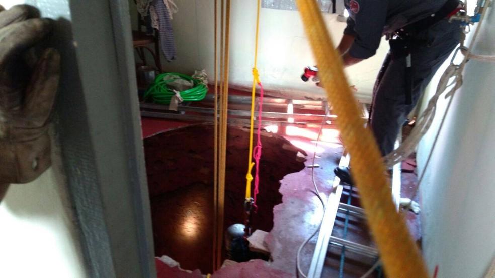 Poço desativado fica no interior da casa da vítima (Foto: Corpo de Bombeiros/Divulgação)