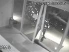 Criminosos forçam porta de clínica e furtam equipamento; veja o vídeo