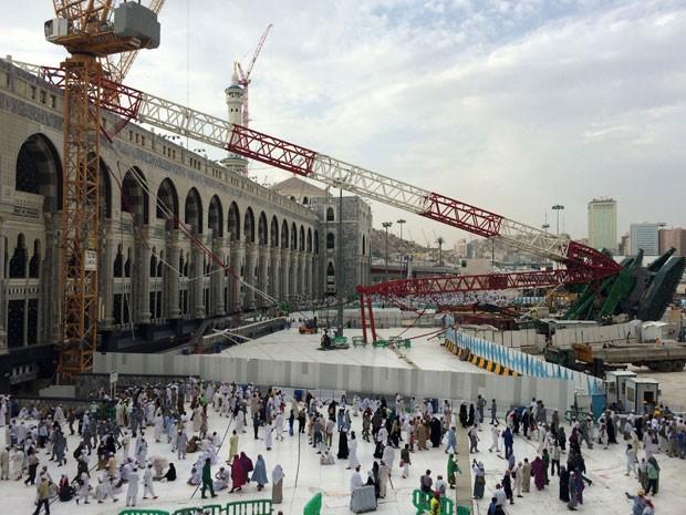 Neste sábado, o guindaste que caiu na sexta-feira em Meca continuava no local, que foi parcialmente interditado (Foto: AFP Photo/Ahmed Farwan)