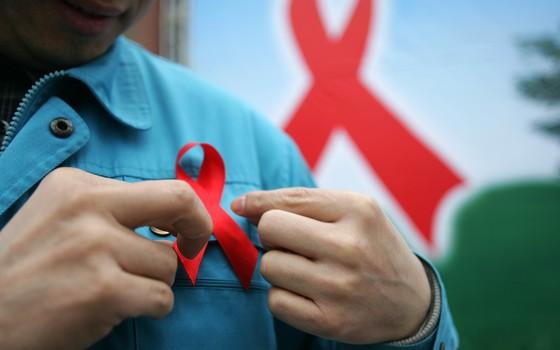 O laço vermelho simboliza a luta contra a aids em todo o mundo. Cientistas procuram uma vacina contra o HIV há 30 anos (Foto: Getty Images)