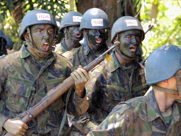 Aprovados no ITA aprendem lições militares para sobrevivência na selva (Foto: Carlos Santos/G1)