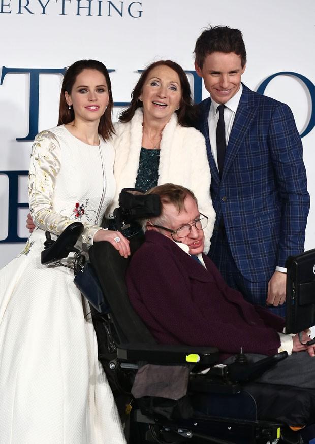 Felicity Jones, Jane Hawking, Stephen Hawking e Eddie Redmayne (Foto: Getty Images)