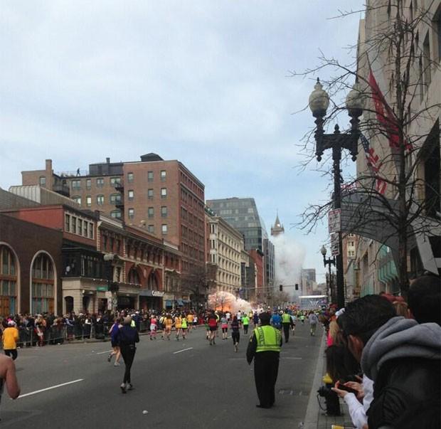 Imagem publicada no Twitter o que seria a explosão na Maratona de Boston (Foto: Reprodução/Twitter/Boston to a T)