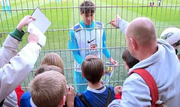 Público mostra o carinho pelo jogador Kaká durante os treinos para a partida contra o Japão (Foto: Leandro Canônico / Globoesporte.com)
