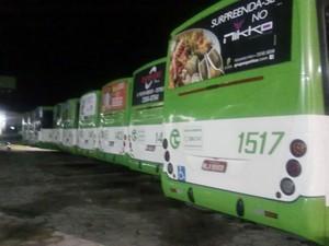 Ônibus ficaram parados na garagem durante a madrugada de segunda (4) (Foto: Emanuel Soares/Divulgação)