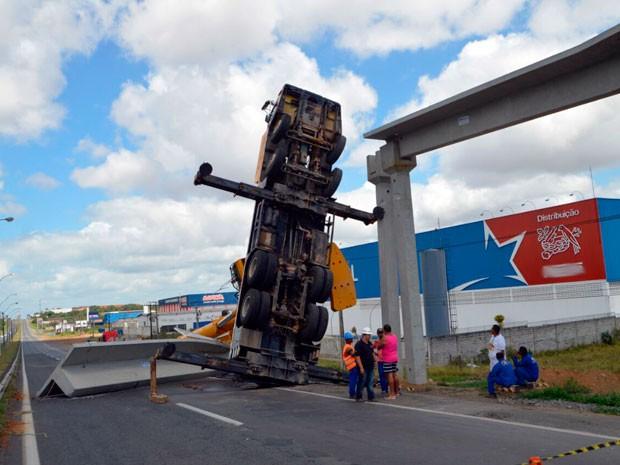 Guindaste virou durante instalação de viga transversal de passarela na BR-324 (Foto: Ed Santos/Site Acorda Cidade)