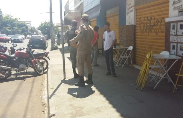 Garota de 8 anos é morta a tiros na porta de bar, em Caldas Novas, Goiás (Foto: Dhieny Arêbalo/TV Anhanguera)