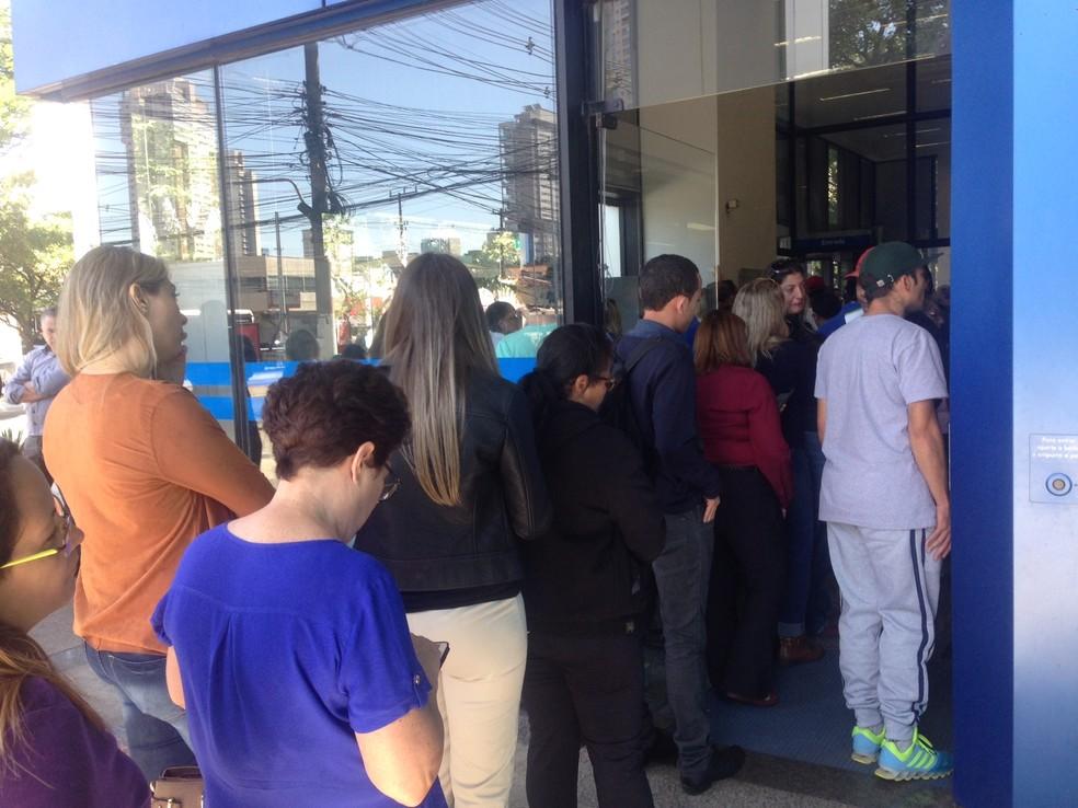Trabalhadores fazem fila para sacar o FGTS inativo em agência da Caixa em São Paulo (Foto: Taís Laporta/G1)