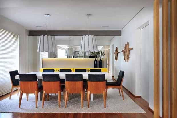 Mesa de jantar em Silestone, executada pela marmoraria Potenza Marmore. Cadeiras assinadas por Jader Almeida. Tapete By Kamy. Pendente da Puntolucce (Foto: Sidney Doll/Divulgação)
