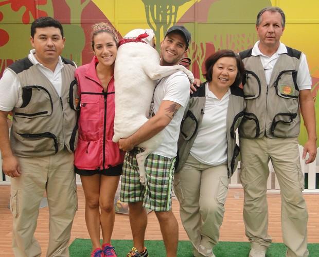 Giovanna e Bruno, segurando o Johnny no colo, com os adestradores (Foto: Domingão do Faustão / TV Globo)
