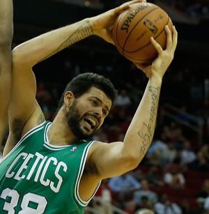 basquete NBA Boston Celtics v Houston Rockets,  Vitor Faverani e Terrence Jones (Foto: Getty Images)
