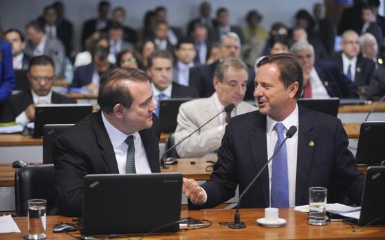 Os senadores Wellington Fagundes (PR-MT) e Acir Gurgacz (PDT-RO). Gurgacz é o autor do projeto que flexibiliza a legislação ambiental (Foto: Pedro França/Agência Senado)