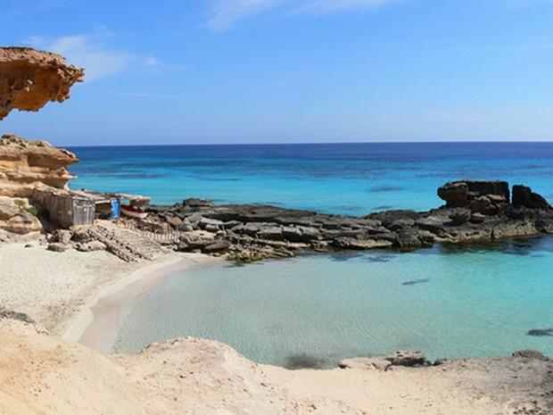 Praia em Ibiza, ilha que fica no leste da Espanha (Foto: Philipe Verdan/Vc no G1)