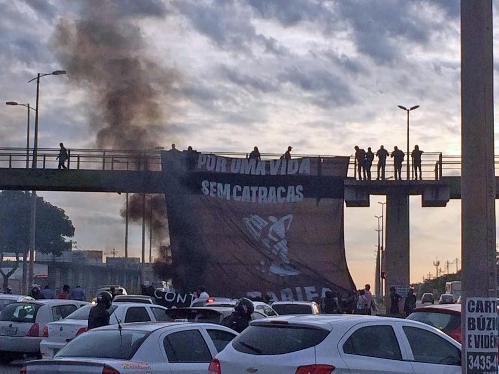 Faixa erguida em passarela da EPTG durante protesto que fechou parte da EPTG (Foto: Arquivo Pessoal)
