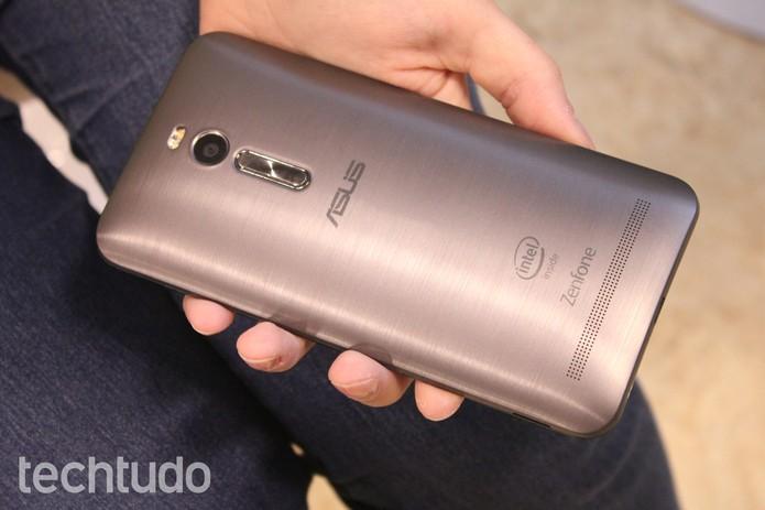 Para abrir o Zenfone, segure o celular de cabeça para baixo (Foto: Lucas Mendes/TechTudo)