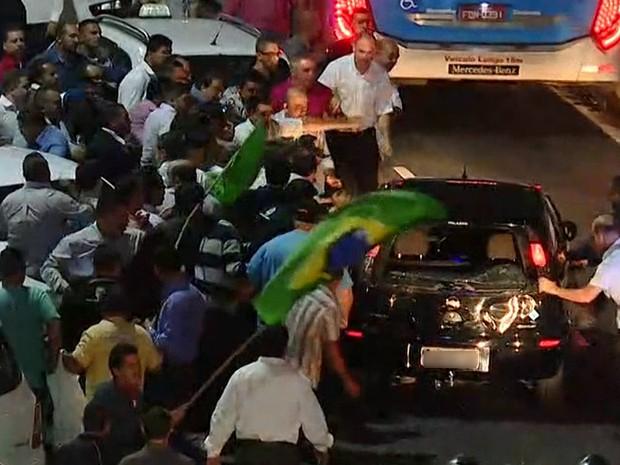 Taxistas depredam carro escuro que passou no meio de manifestação em São Paulo (Foto: Reprodução/TV Globo)