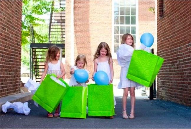 Use sacolas coloridas para ficar ainda mais divertido (Foto: Pinterest)
