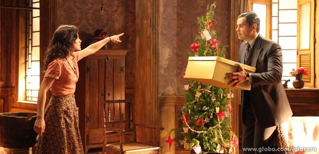 Manfred aparece no cortiço sem avisar e dá em cima de Amélia (Foto: Carolina Caminha/TV Globo)