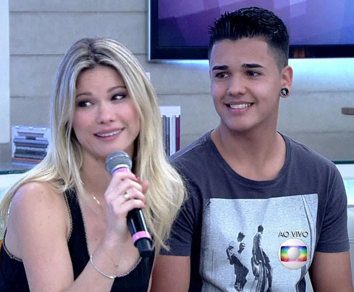 Karen Junqueira recebe a visita do irmão no palco no Encontro (Foto: TV Globo)