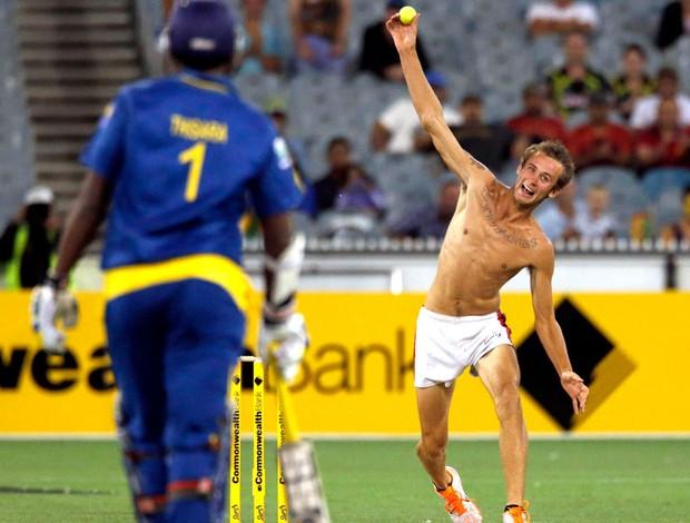 torcedor invade partida de críquete  (Foto: Reuters)