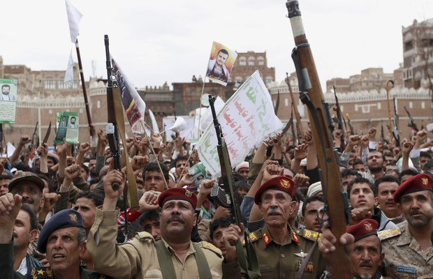 Rebeldes Houthis, do norte do Iêmen, disparam para o alto em protesto contra a Arábia Saudita. Sauditas iniciaram uma série de ataques aéreos contra os rebeldes (Foto: Hani Mohammed/AP)