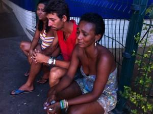 Pais aguardam notícias sobre Adriele, de 10 anos, atingida por bala perdida na noite de Natal (Foto: Marcelo Ahmed/G1)