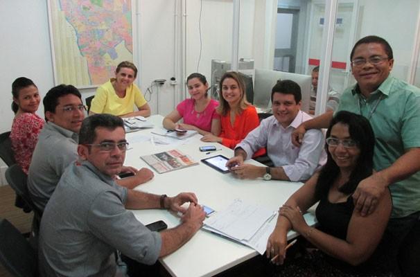 Temas das reportagens são definidos nas reuniões de pauta. Na foto, equipe do Piauí TV 1ª Edição prepara o telejornal. (Foto: André Santos/TV Clube)